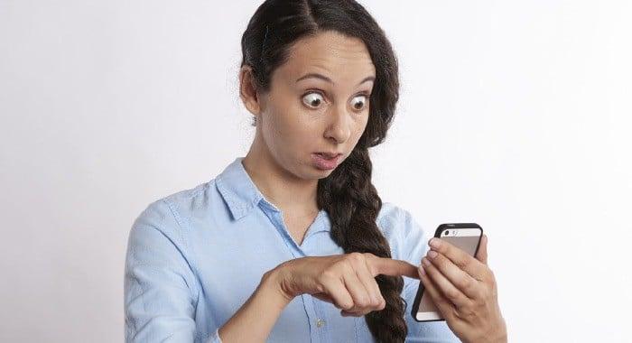 come scoprire se ti tradisce su WhatsApp telefono di una amica