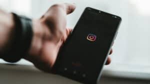 smartphone con display che mostra l'apertura dell'app Instagram