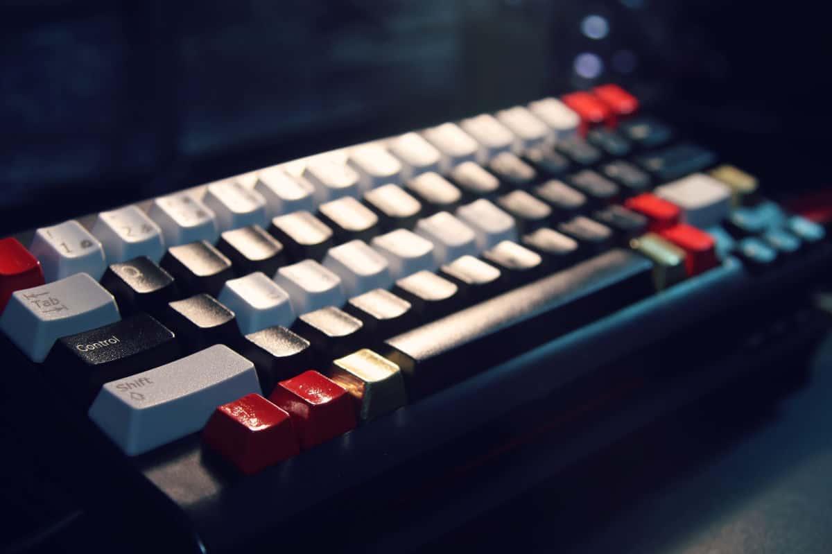 come diventare un hacker etico tastiera che mostra tasti bianchi e neri