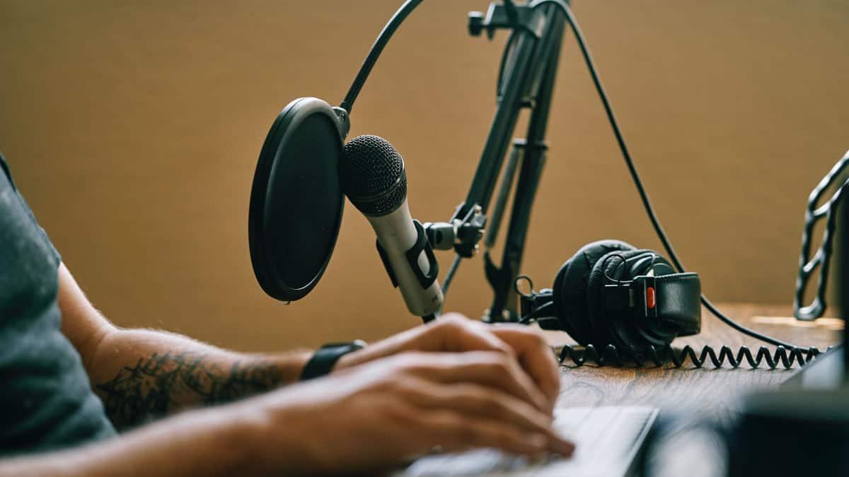 come fare un podcast concetto di studio registrazione