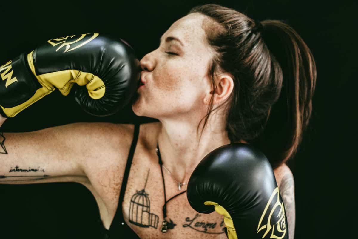 come gestire l'arrabbiatura immagine di una donna coi guantoni da boxe