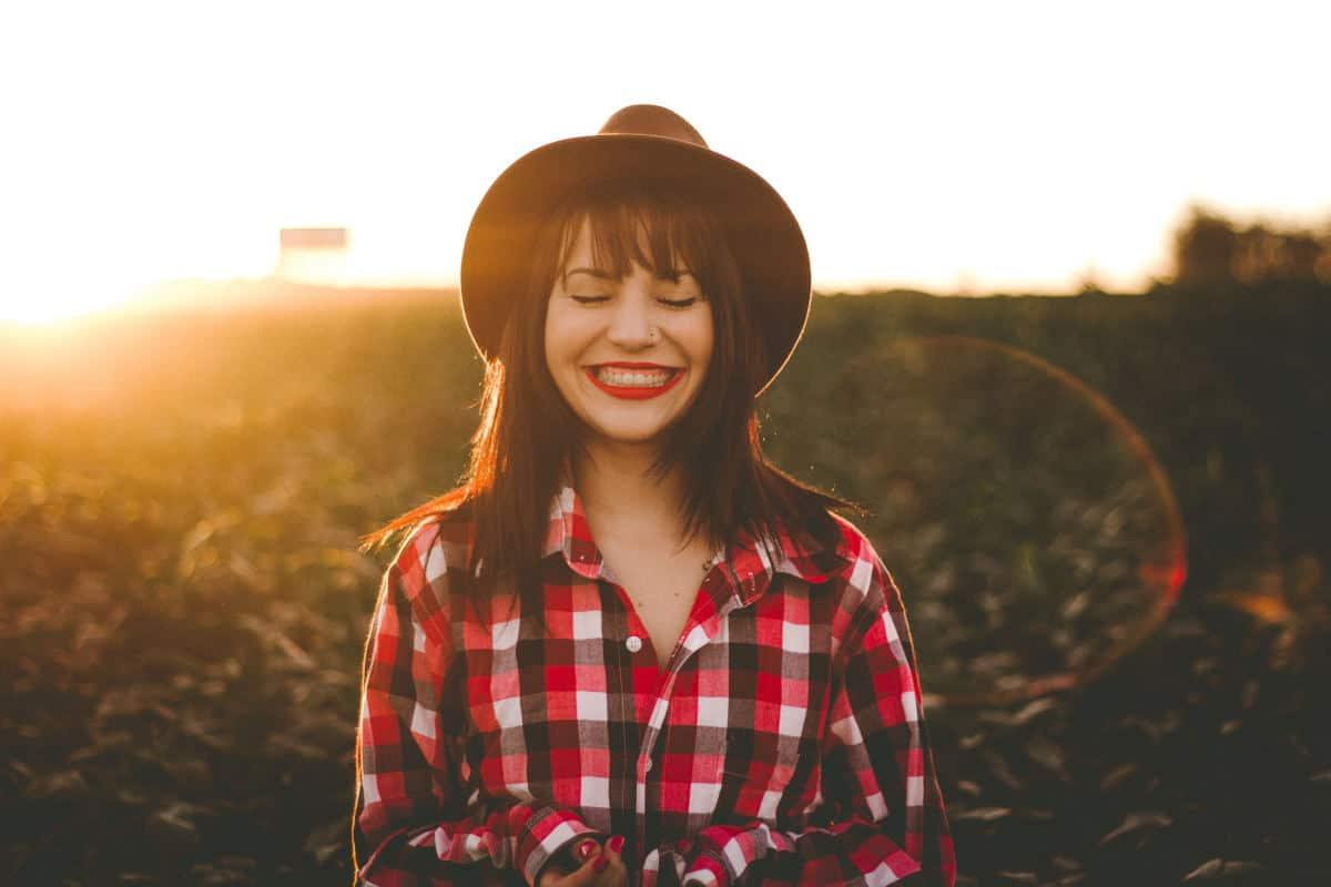 essere felici esempio di ragazza che pensa e sorride
