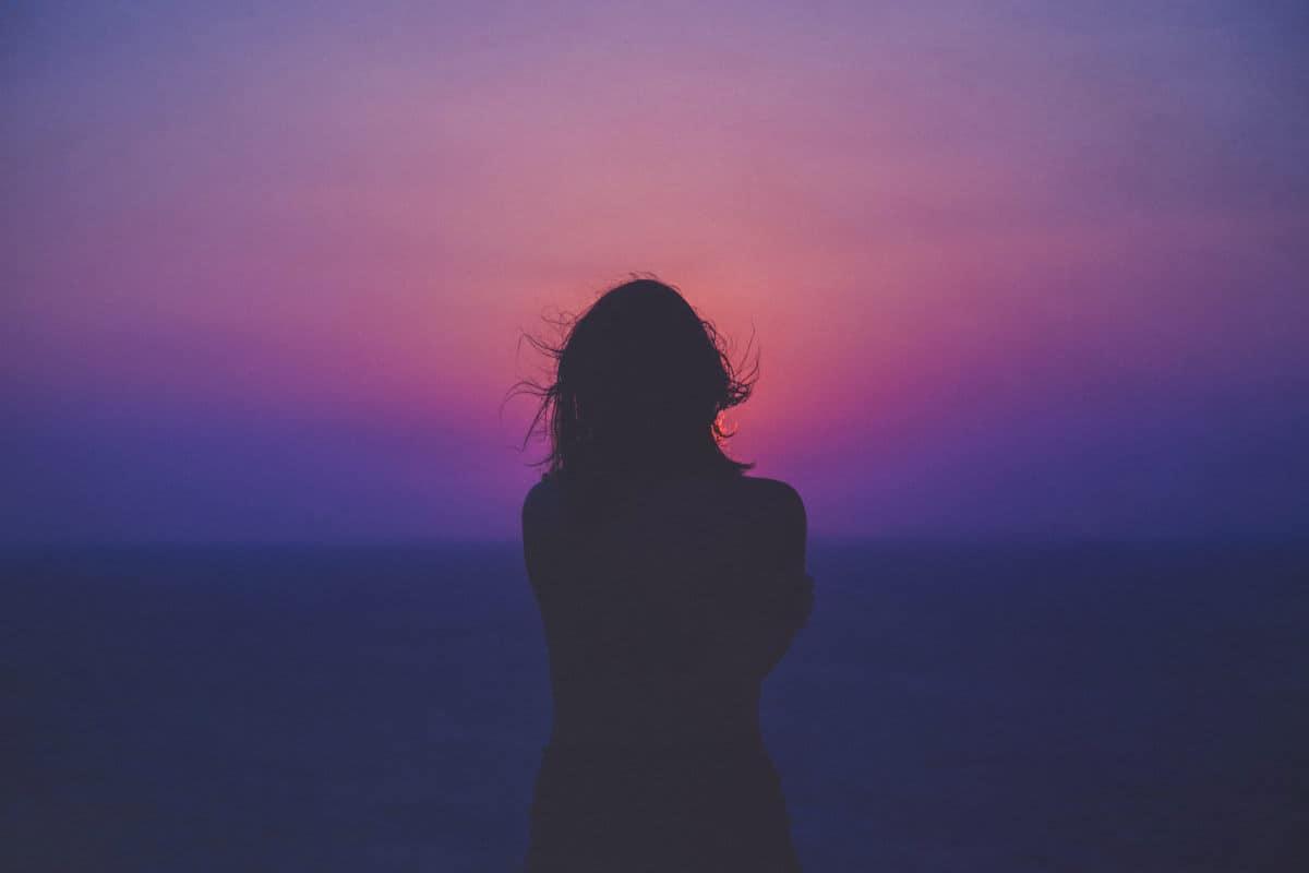 donna su tramonto senso di positività