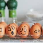 uova dipinte che esprimono diverse emozioni