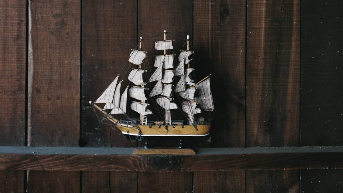modellino barca a vela concetto andare dove tira il vento emozioni