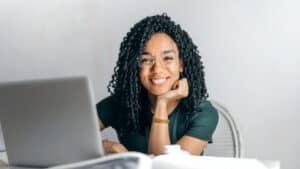 persona sorridente seduta che lavora al PC