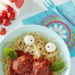 mangiare sano piatto di pasta asciutta con forchetta