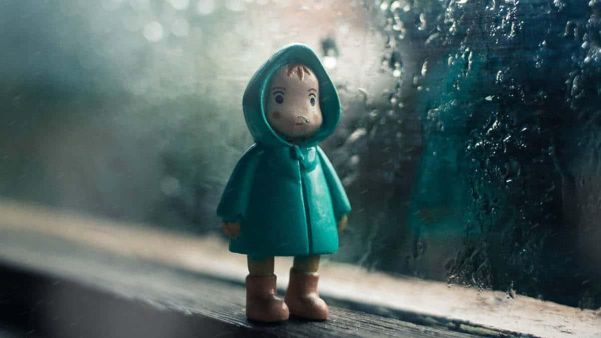 cosa fare quando piove bambino giocattolo su finestra con pioggia