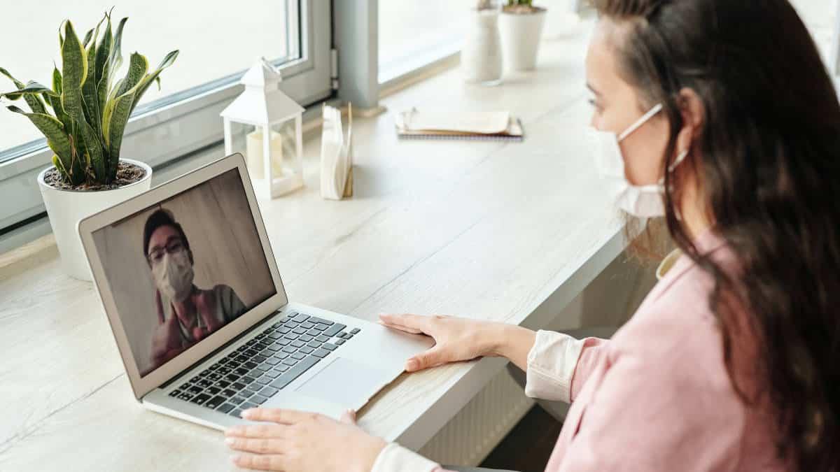 persona che consulta un medico a distanza tramite PC