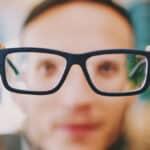 uomo con occhiali vista sfocata