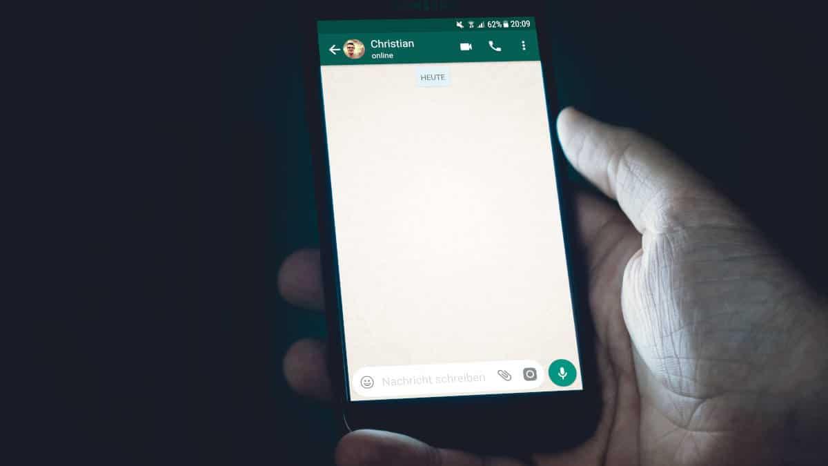 chat di WhatsApp vuota con interlocutore online