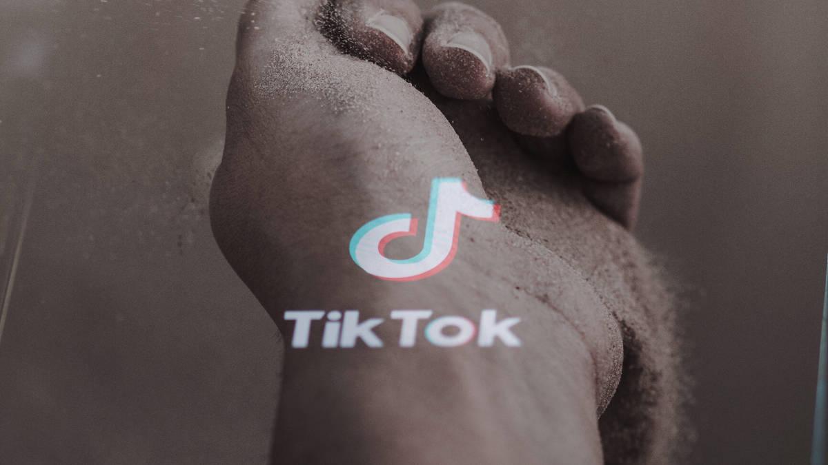 rappresentazione dello scorrere del tempo con immagine di TikTok