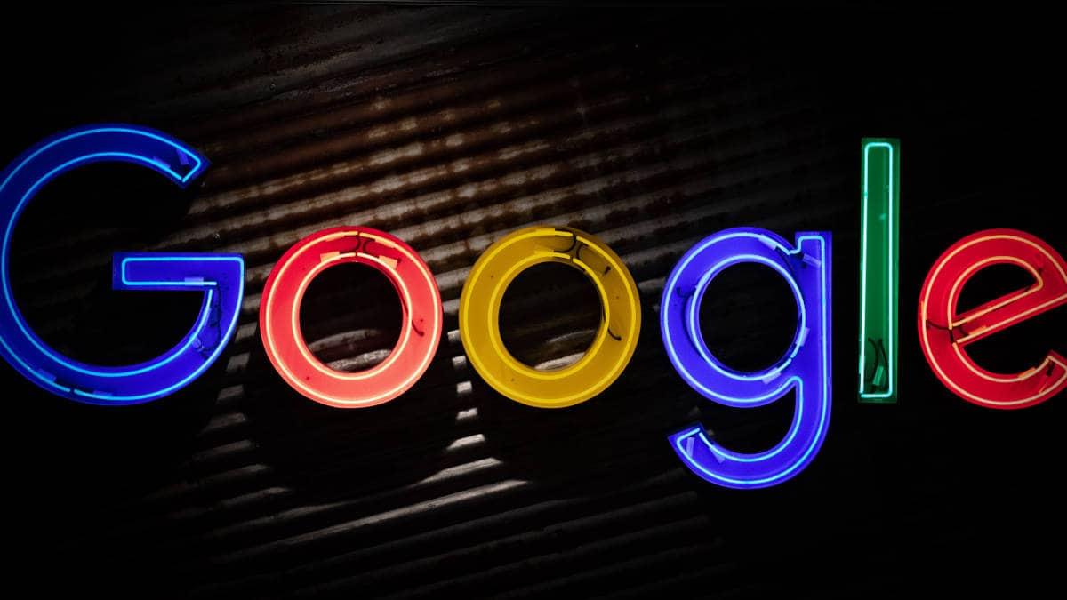 immagine di Google su neon con sfondo nero
