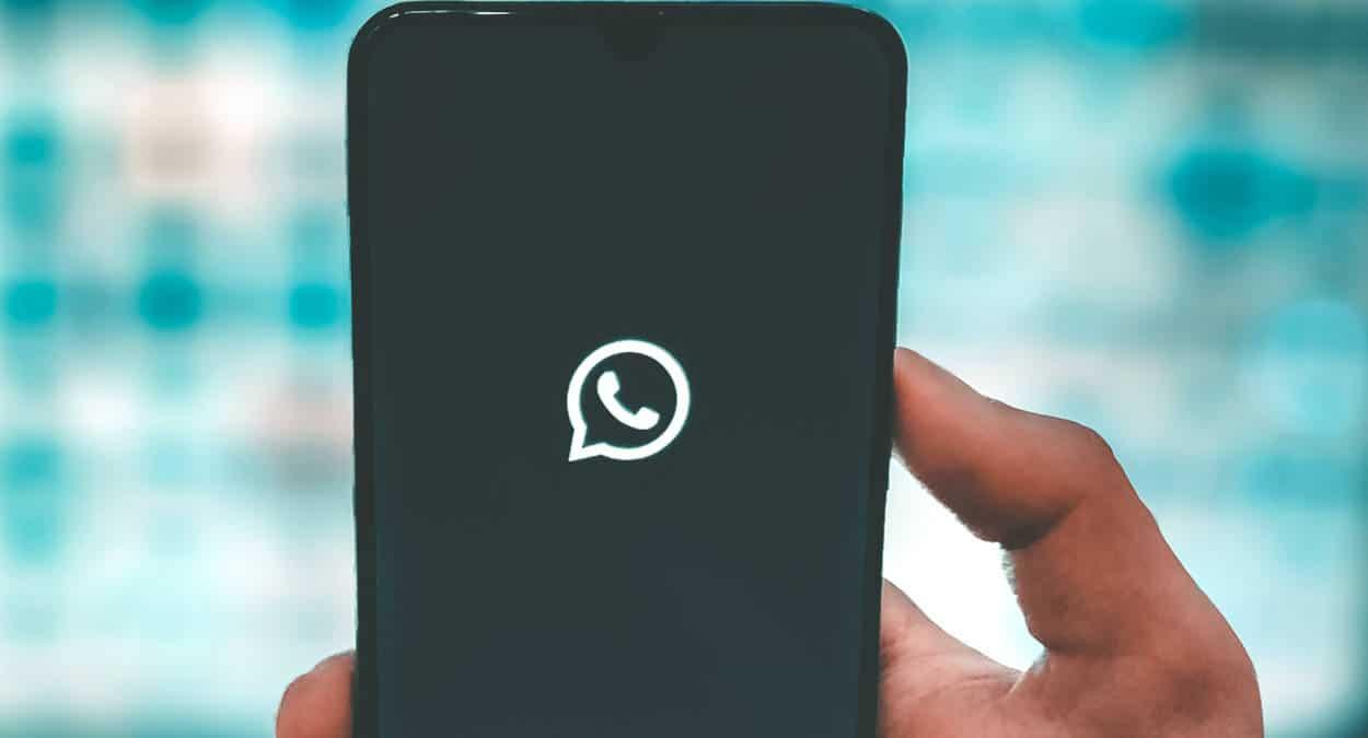 WhatsApp su sfondo nero apertura app termini uso