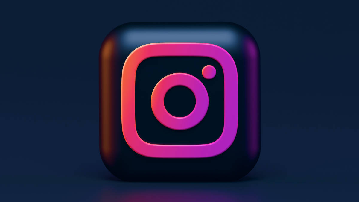 logo app Instagram su sfondo nero sinonimo di Instagram che si chiude e ha problemi crasha