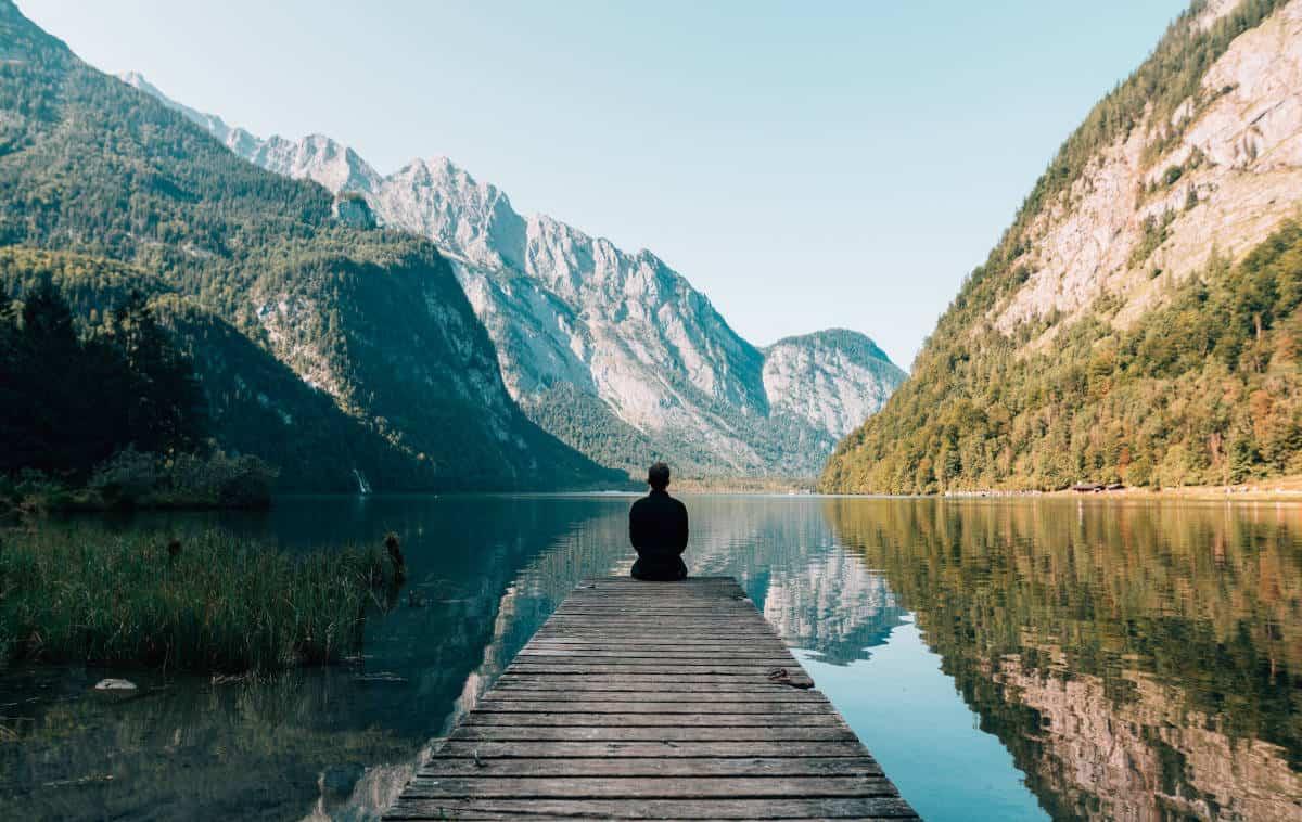 gestione attacco di panico meditazione uomo che guarda un lago
