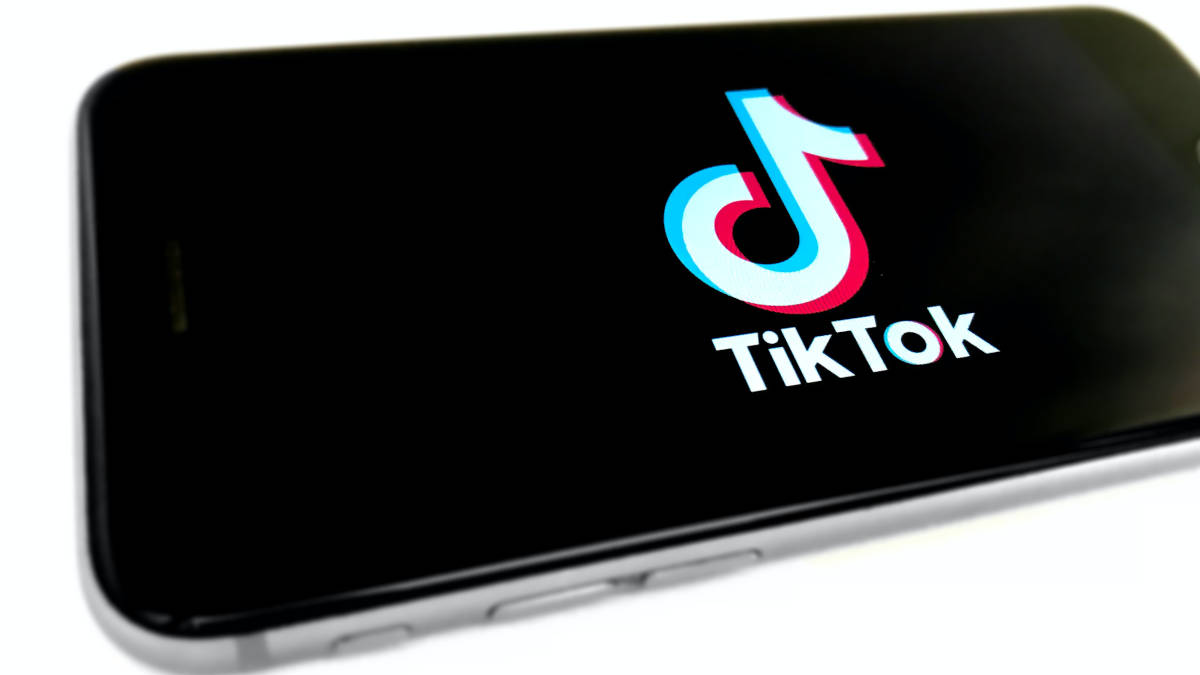 telefono con icona di TikTok primo accesso data di nascita