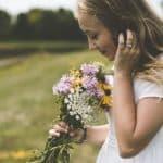 donna che riceve fiori a domicilio e ne sente il profumo
