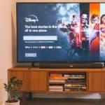 schermo della televisione che proietta Disney+ controllo parentale