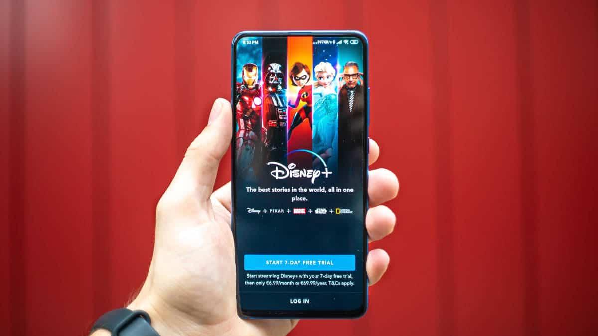 smartphone con app Disney+ aperta abbonamento Disney Plus