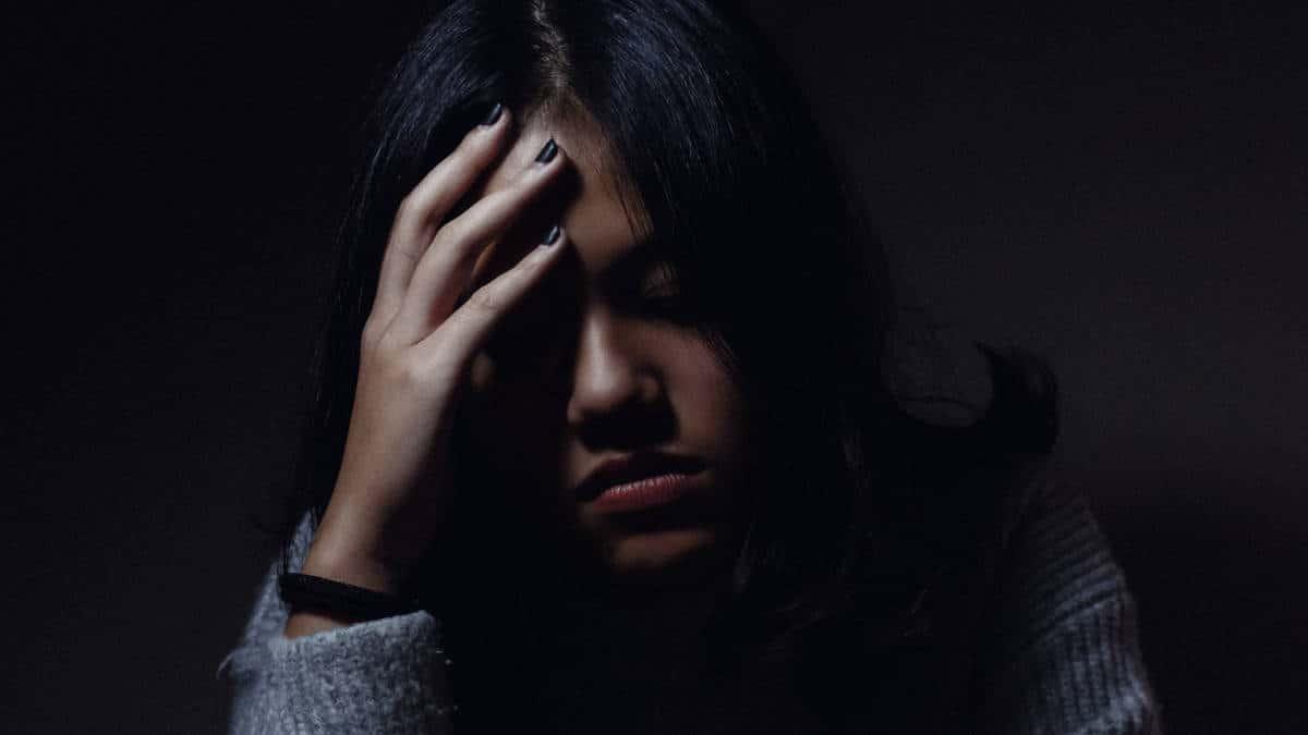 donna che ha un mal di testa