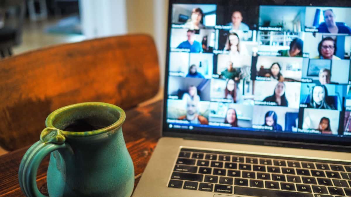 riunione virtuale con piu persone connesse al PC usare Google Meet
