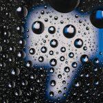 pollice rivolto verso il basso vetro con pioggia non farsi trovare Facebook