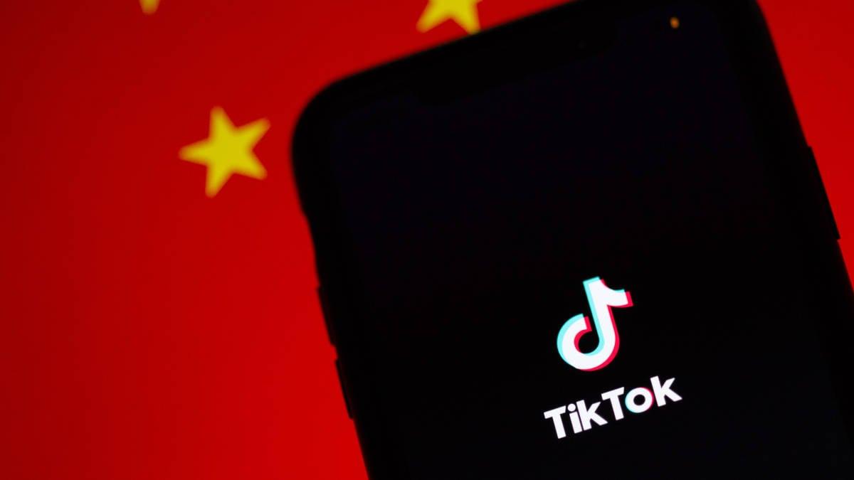 shadowban TikTok bandiera della Repubblica Popolare Cinese in sottofondo