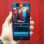 schermata di accesso Disney+ su sfondo rosso