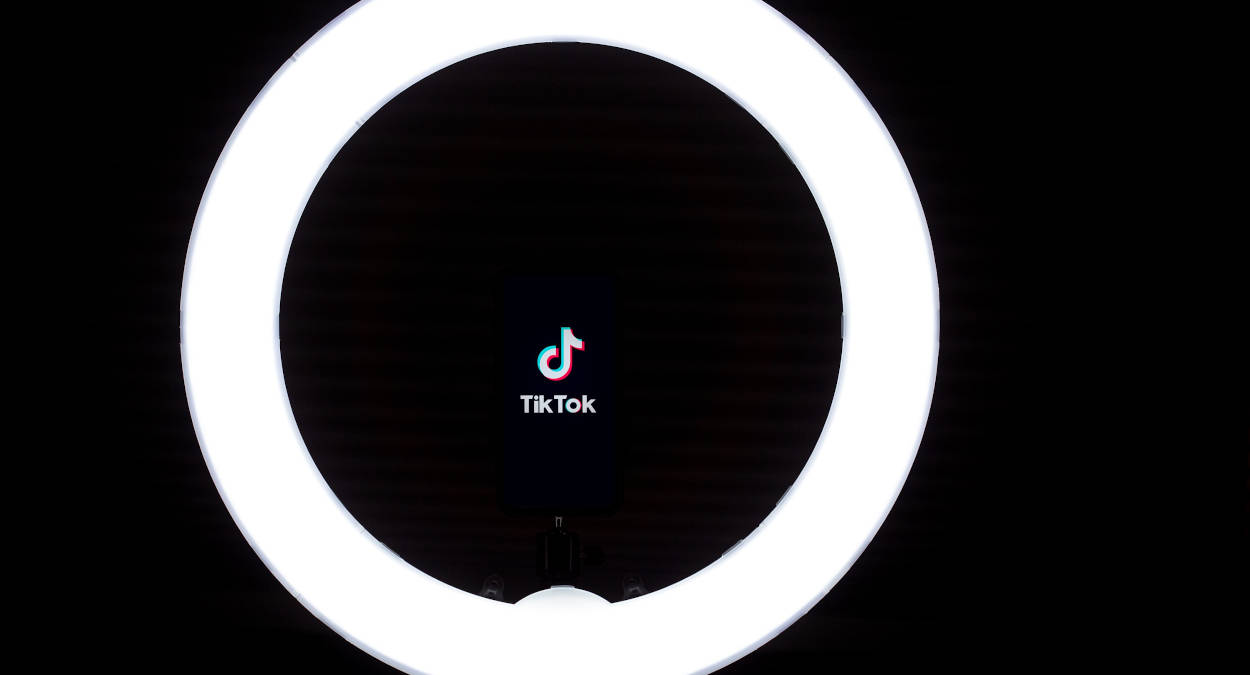 persone più seguite su TikTok luce luminosa su logo del social
