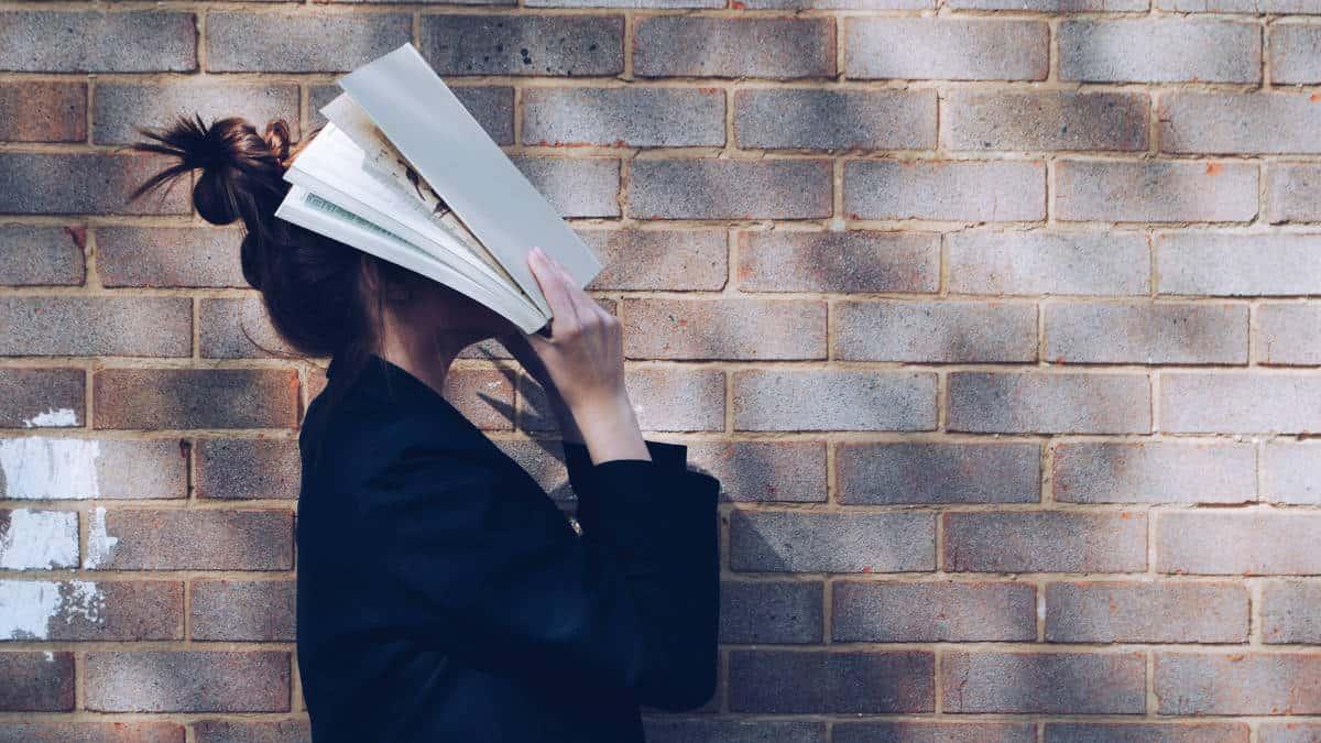 ragazza con libro sulla faccia superare bocciatura