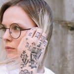 body positivity e body neutrality donna che guarda un lato con mano tatuata