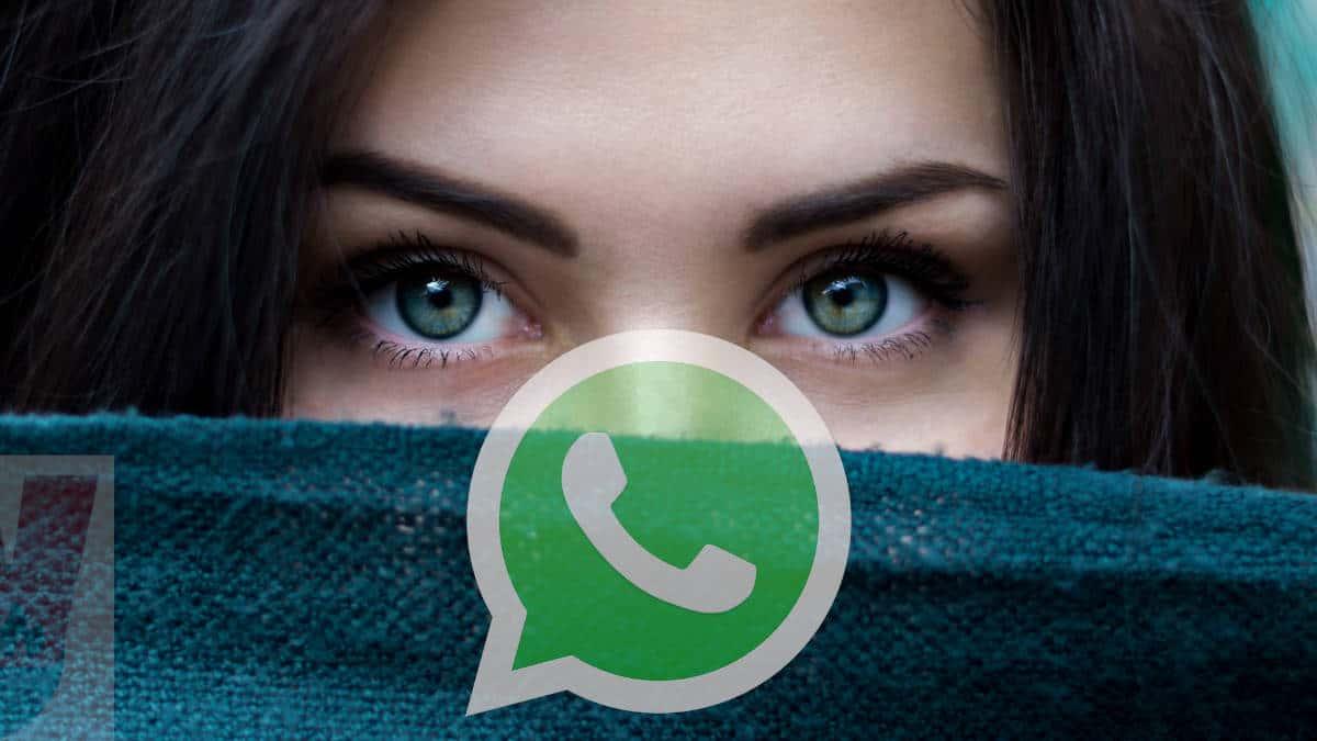 chi guarda WhatsApp di nascosto occhi sguardo donna coperto da una sciarpa