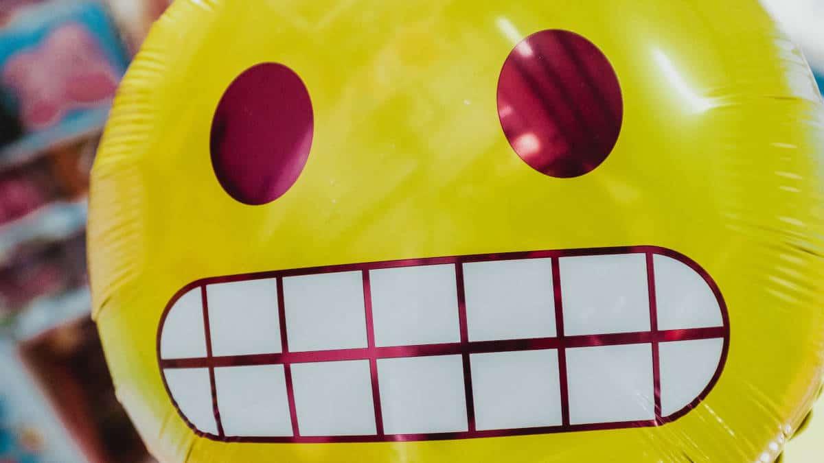 emoticon inclusive immagine con palloncino emoji giallo denti serrati