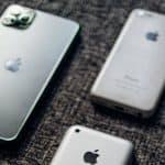 svariati modelli di iPhone capovolti su un tavolo memoria Altro