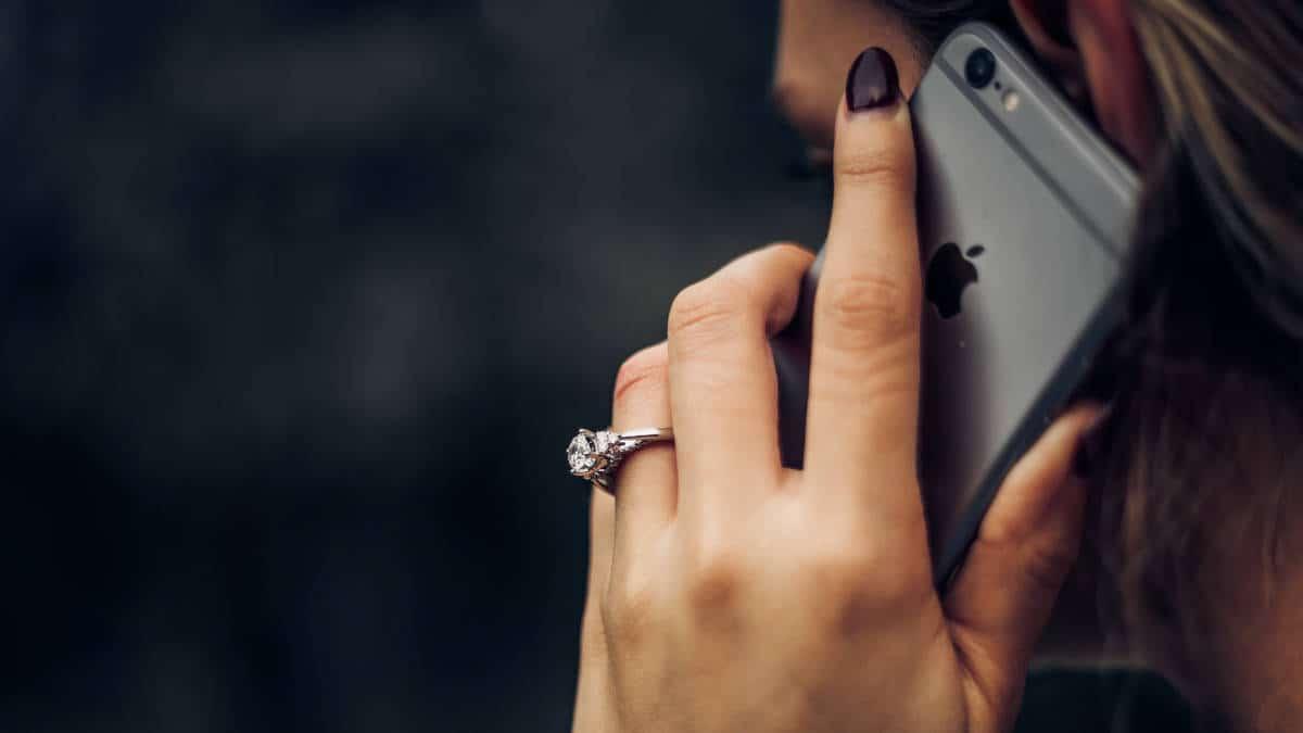 risposta automatica iPhone donna che risponde al cellulare