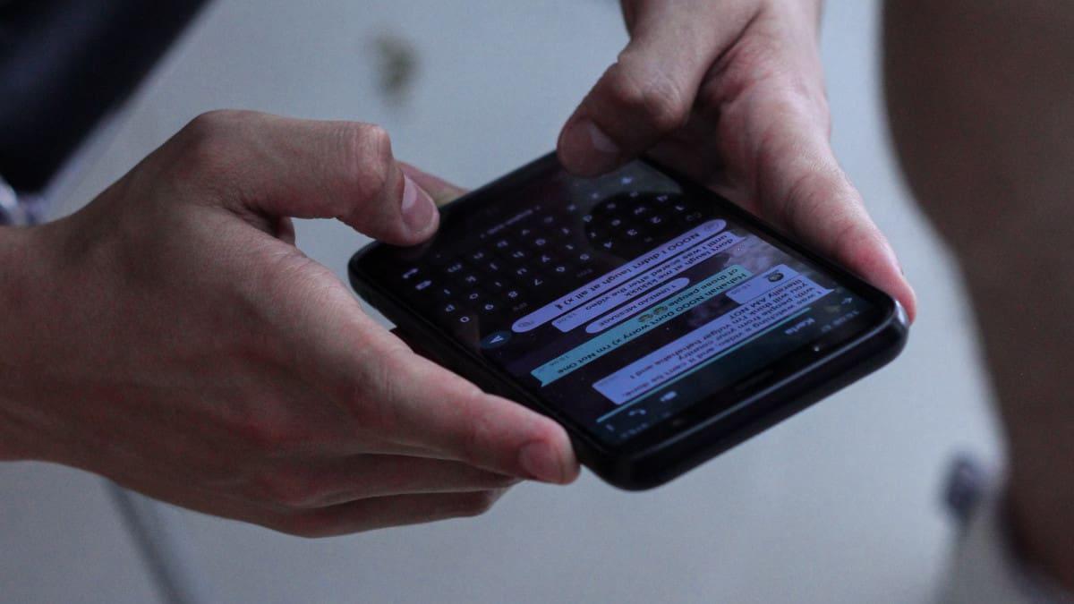 scaricare note vocali WhatsApp persona che chatta con lo smartphone